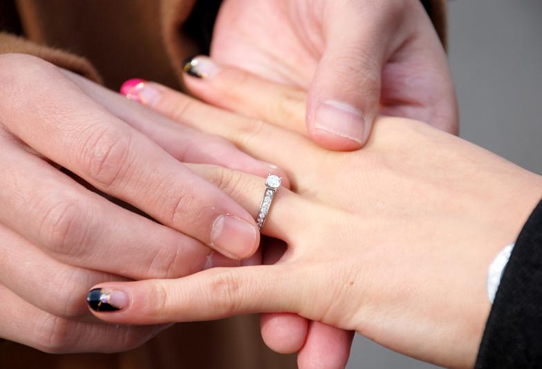 婚約指輪はめる