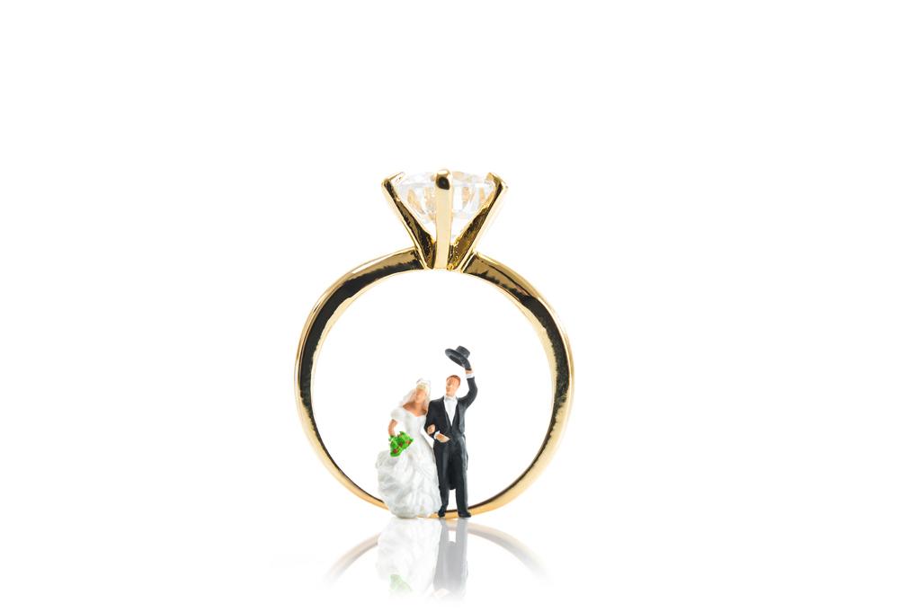 【静岡市】プロポーズの時に婚約指輪を贈るのには意味がある!