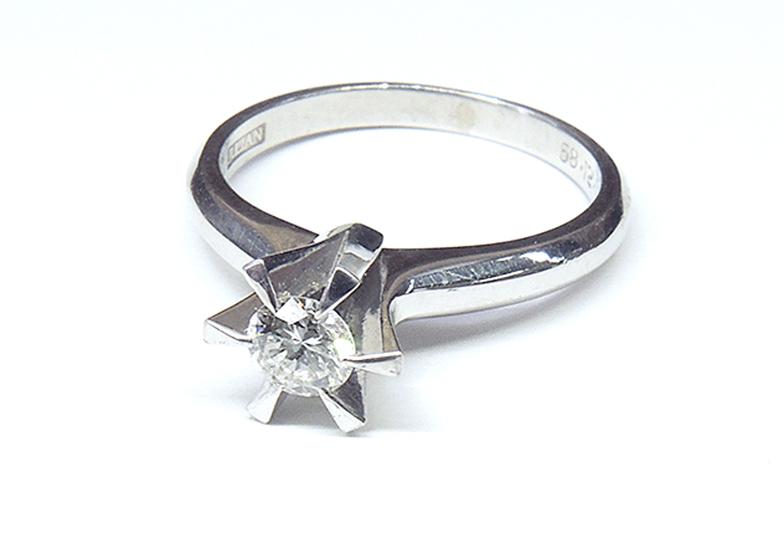 古い婚約指輪