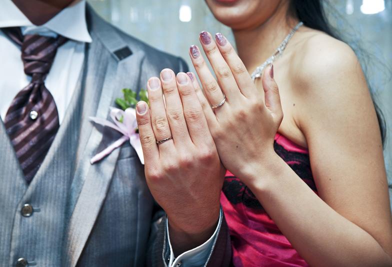 指輪見せるカップル
