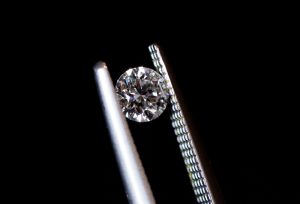 【浜松】婚約指輪のダイヤモンド大きさ(カラット)はどのくらい??