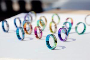 【浜松市】結婚指輪に彩りを。虹のようにカラフルなSORAのリングが個性的なデザイン!
