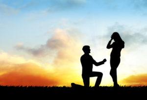 婚約指輪ってプロポーズの時だけ?結婚後はいつ着けるの?