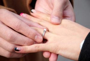 【広島市】婚約指輪は本当に必要ない?女性の本心は…