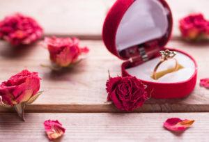 【福山市】プロポーズの際に準備する婚約指輪は何を基準に選べばいいの?サプライズプロポーズプランのご紹介