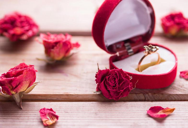 【浜松市】女性に人気!お花をモチーフにした可愛らしいデザインの婚約指輪をご紹介!