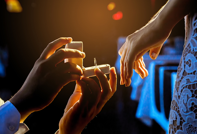 【福井市ベル】ふたつの星が見える婚約指輪でロマンチックにプロポーズ♡