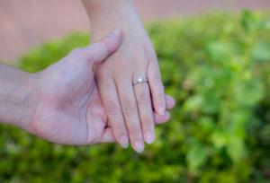 【福山市】婚約指輪で女性様の指先をおしゃれに彩る。