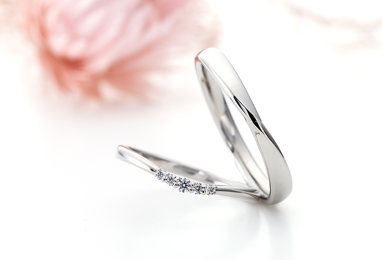 【静岡市】結婚指輪選び!太い指がコンプレックス…女性の悩みを解決する「V字カーブリング」とは?