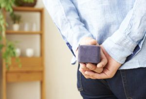 【福山市】既婚男性に聞いた!婚約指輪のリアル相場はいくら?ダイヤモンドを選ぶだけでプロポーズができるとっておきのプランを教えます!