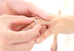 【広島市】誰にも聞けない…サプライズプロポーズでのお悩み「婚約指輪のサイズ」解決します!