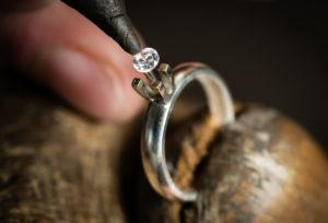 【横浜市】彼女へ最高のプロポーズをする為に婚約指輪選びが最大のキー