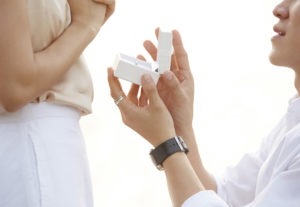 【福島市】彼女へサプライズプロポーズ♡婚約指輪選びの疑問にお答えします!