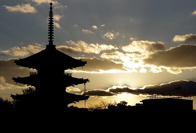 京都を連想させる五重の塔の夕焼け画像