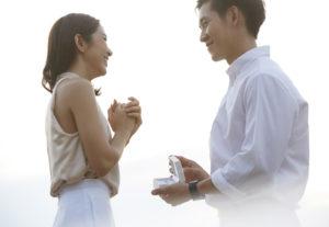 【飯田市】婚約指輪をサプライズで贈りたい男性必見!サイズがわからない時の指輪の選び方とは