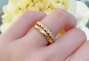 【金沢市】結婚指輪とエタニティリングの重ね付けで、指元をより華やかに。