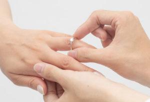 【静岡市】女性の本音!婚約指輪は「サプライズ」VS「一緒に選ぶ」どっちが嬉しい?