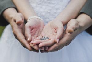 【飯田市】V字の結婚指輪って?特徴や人気の秘密を解説します!