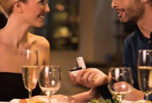 【浜松市】クリスマスにプロポーズを考えている方は時間がない!?婚約指輪を今から準備しなければいけない理由とは?
