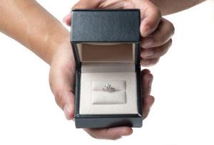 【浜松市】人とは違う愛の形を。シンプルながら個性ある婚約指輪とは?