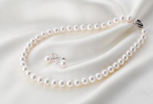 【静岡市】花嫁真珠をそっと胸元に・・・母親から娘へ贈る最後の身支度