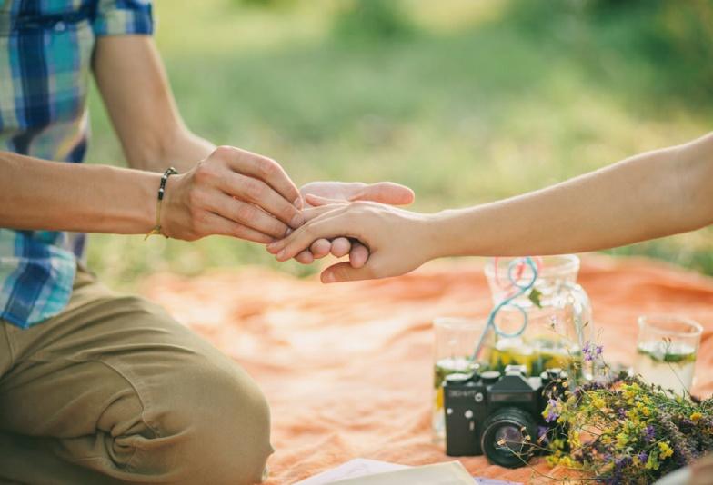 【山形市】婚約指輪を渡される憧れのプロポーズシチュエーションランキング♡女性の気持ちを探れ!