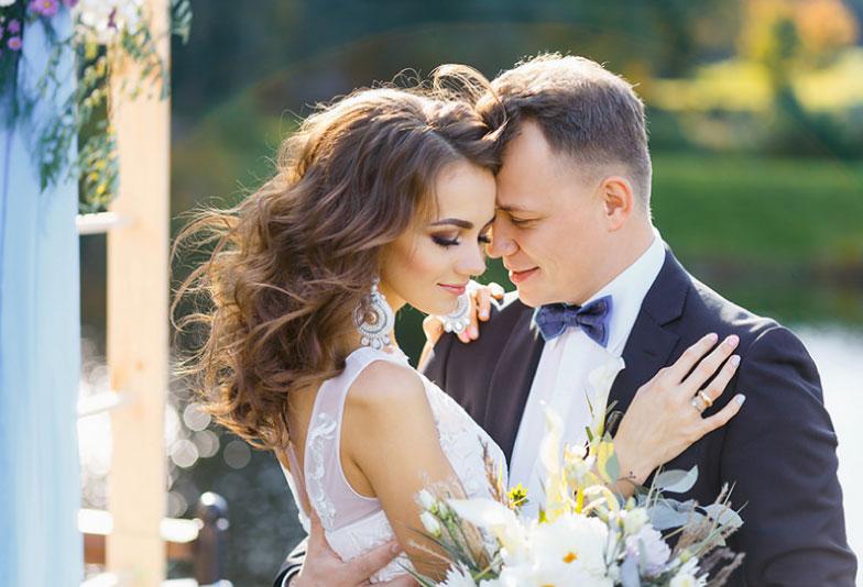 結婚式を挙げるカップル