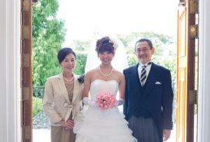 【愛知県一宮市】花嫁真珠をそっと胸元に...母親から娘へ贈る最後の身支度