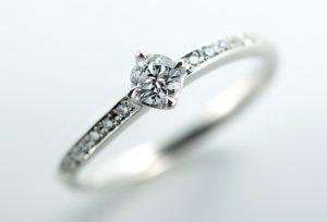 【新潟市】婚約指輪の相場ってどれくらい?男性の疑問を簡単解説