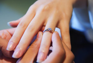 【久留米市】婚約指輪を付けるタイミング悩んでませんか?