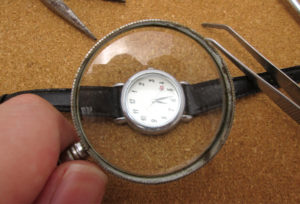 【福井市ベル】あなたの時計光っていますか??暗闇でもオススメ腕時計!