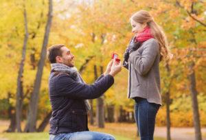 【沖縄県】失敗しない!彼女が喜ぶプロポーズとは? 婚約指輪の選び方について