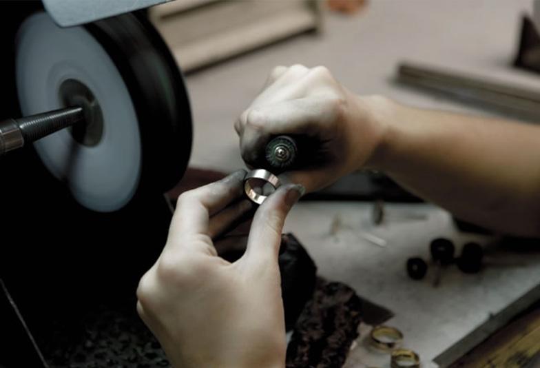 熟練した職人による手作業で作られる結婚指輪