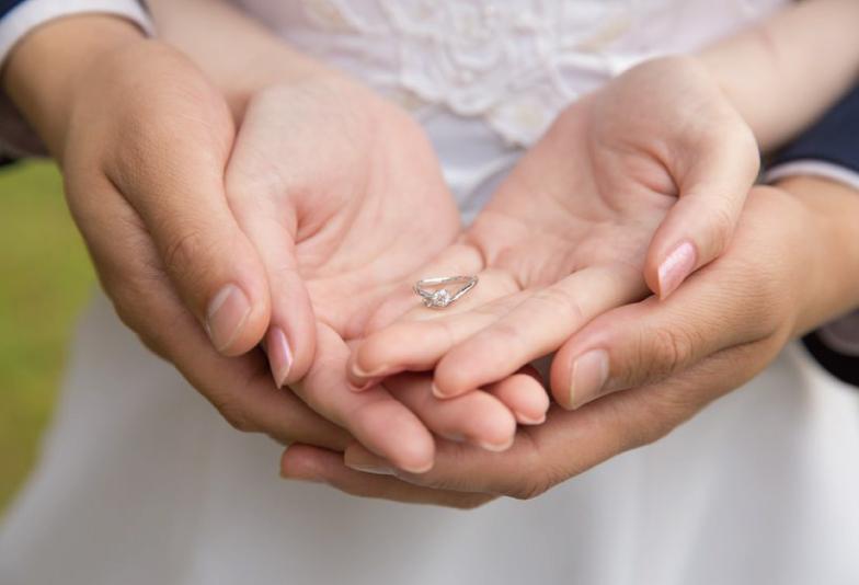 【浜松市】婚約指輪と結婚指輪の重ね着けに意味がある本当?重ねて着けるメリットとは