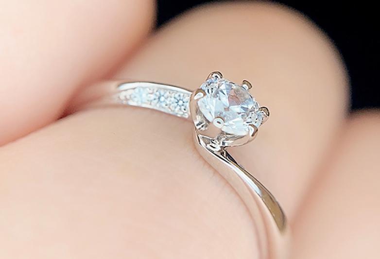 モナムールのサイドが美しい婚約指輪デザイン