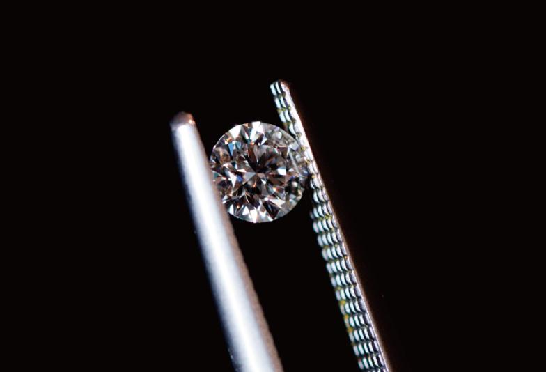 ピンセットで挟まれる ダイヤモンド