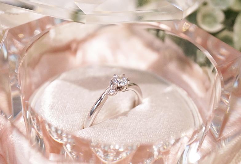 【浜松市】シンプルデザインの婚約指輪が人気のワケ。彼女が喜ぶ婚約指輪の選び方