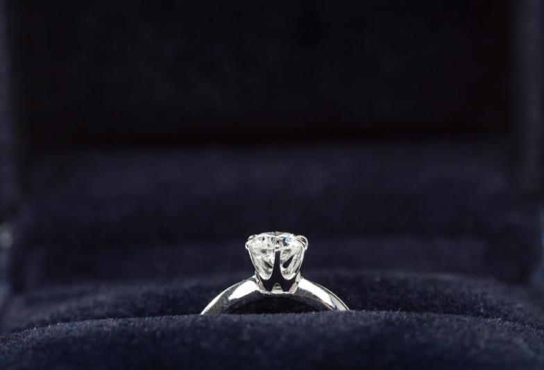 【浜松市ジュエリーリフォーム】親の婚約指輪をそのまま彼女に渡すのはNG?