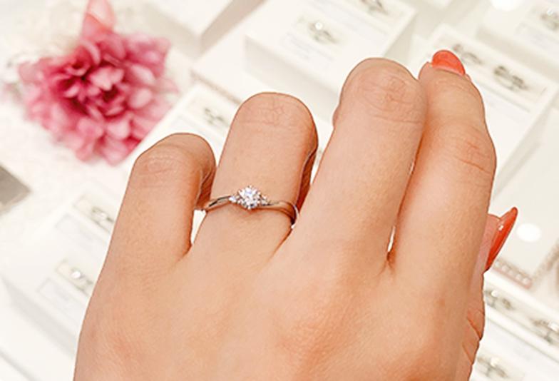S字ラインのシンプルな婚約指輪