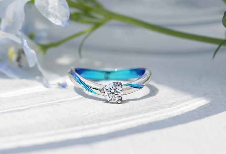 青い発色の婚約指輪