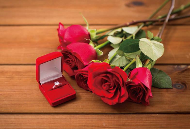 バラと婚約指輪