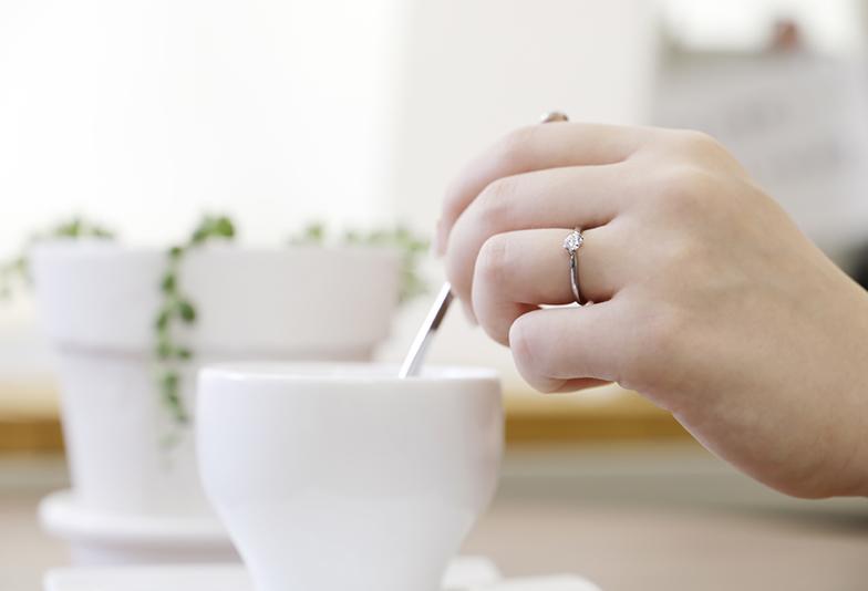 婚約指輪とカップ